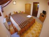 Nagy ház, narancs szoba.